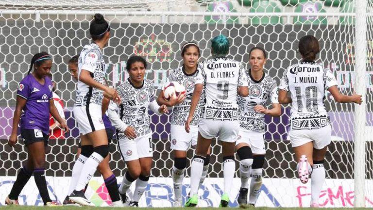 Daniela Espinosa festeja un gol con sus compañeras