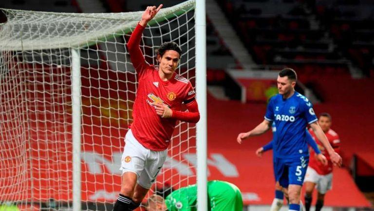 Edinson Cavani festejando una anotación con el United