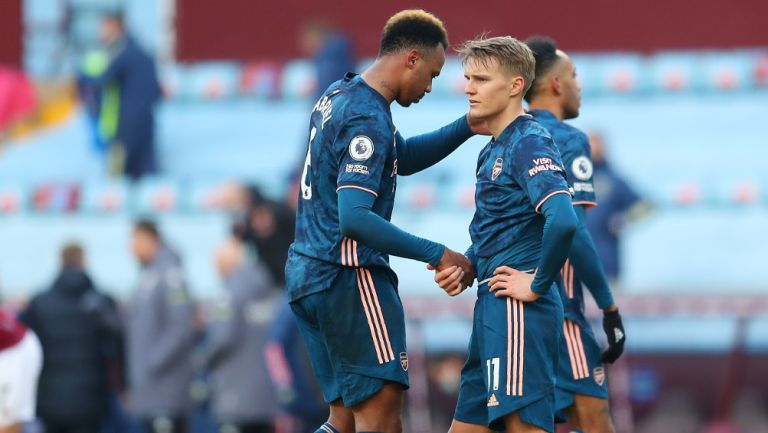 Jugadores del Arsenal lamentan la derrota ante el Aston Villa