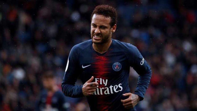 Neymar Jr. durante un duelo con el PSG
