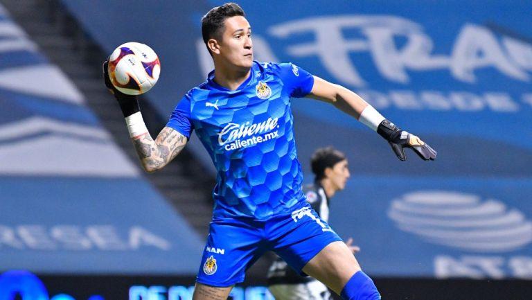 Gudiño lanza el balón en un juego de Chivas