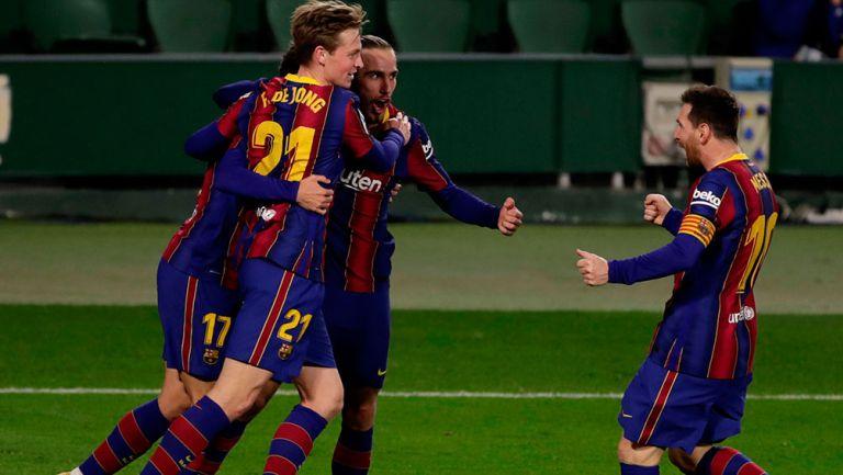 Jugadores del Barcelona, tras marcar al Betis