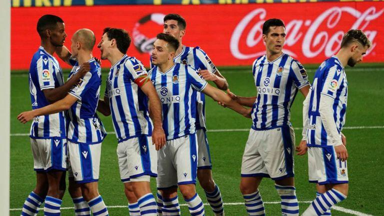 Jugadores de la Real Sociedad festeja un gol
