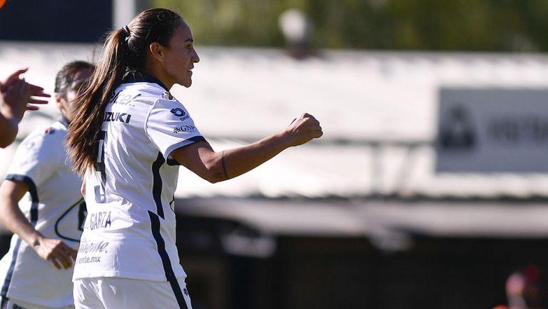 Dinora Garza festeja un gol Pumas