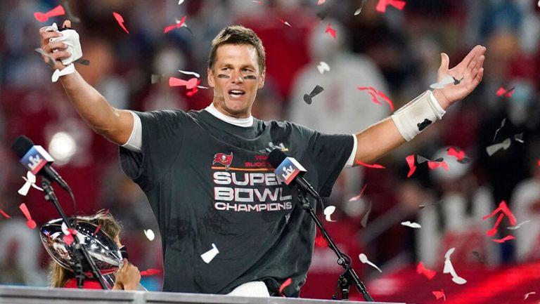 Tom Brady llegó en yate de 40 millones de pesos a desfile de Buccaneers