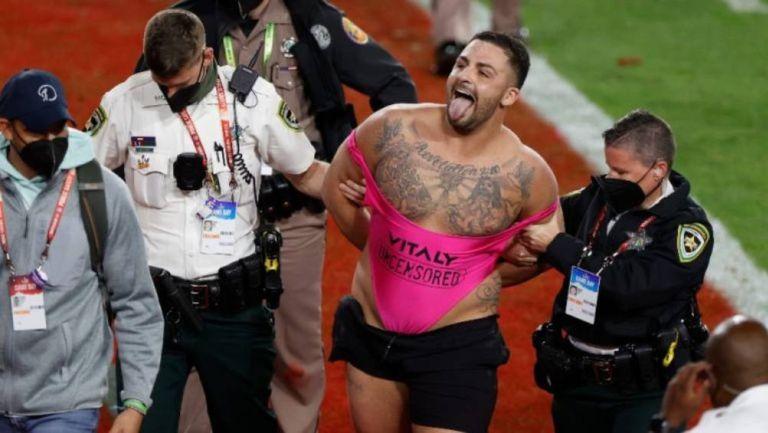 Yuri Andrade siendo sacado por la policía