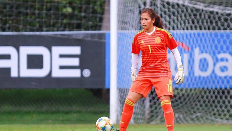 Cecilia Santiago durante un partido con el Tri Femenil