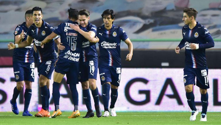 Jugadores de Chivas festejan un gol contra León