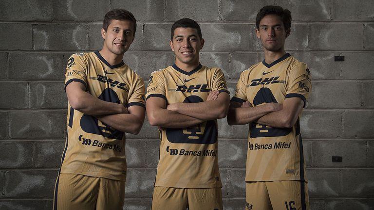 Jugadores de Pumas con el uniforme dorado
