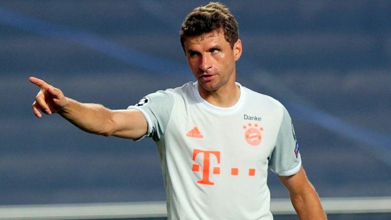 Thomas Müller durante un duelo con el Bayern Munich