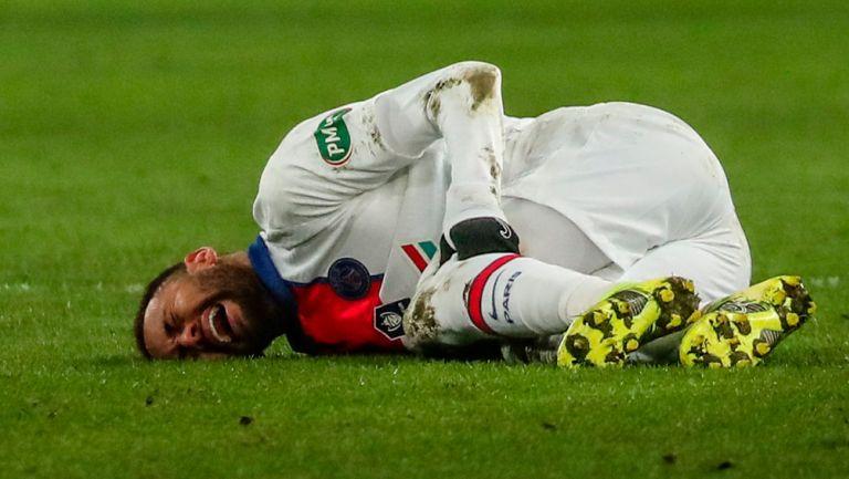 Neymar Jr. sufre una lesión durante un duelo con el PSG