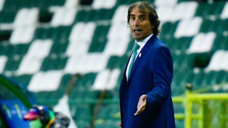 Guillermo Almada dirigiendo un partido de Santos