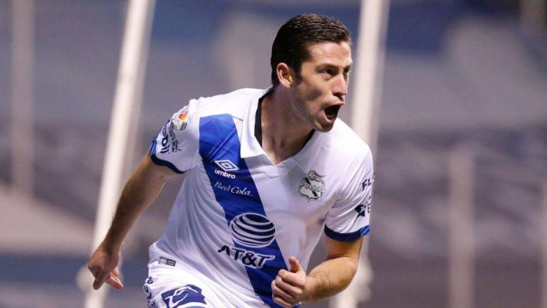 Santiago Ormeño en partido con Puebla