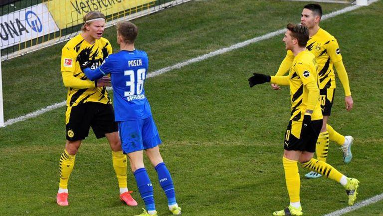 Stefan Posch reclama a Erling Haaland por polémico gol