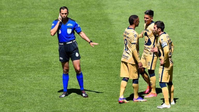 Luis Enrique Santander escuchando al VAR en el Toluca vs Pumas