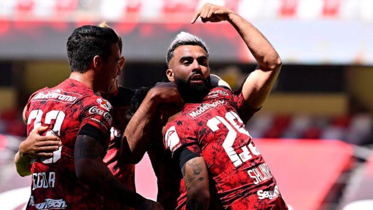 Alexis Canelo festejando su gol con sus compañeros