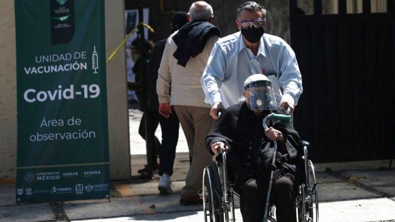 Comenzó vacunación de adultos mayores en México