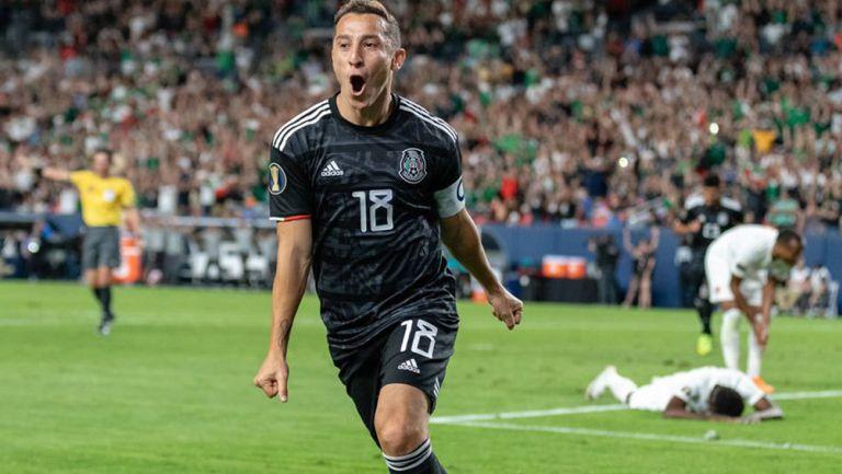 Guardado festeja un gol con el Tri