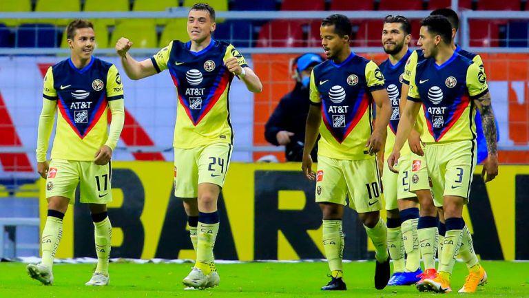 Jugadores de América festejan un gol en el Estadio Azteca