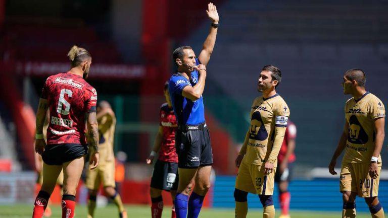 Luis Enrique Santander anulando el gol de Pumas