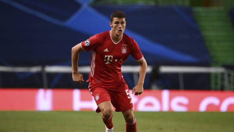 Benjamin Pavard durante un duelo con el Bayern Munich