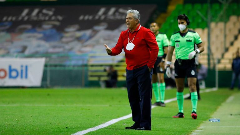 Víctor Manuel Vucetich durante un partido con Chivas