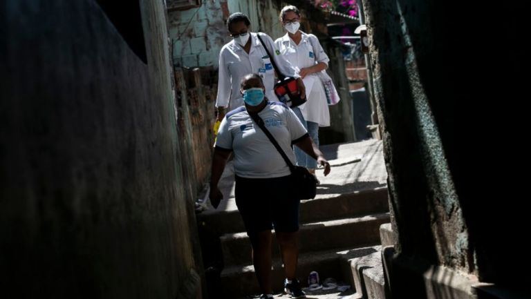 Personal médico de Brasil combatiendo la pandemia
