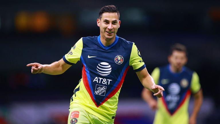 Mauro Lainez festeja un gol con América