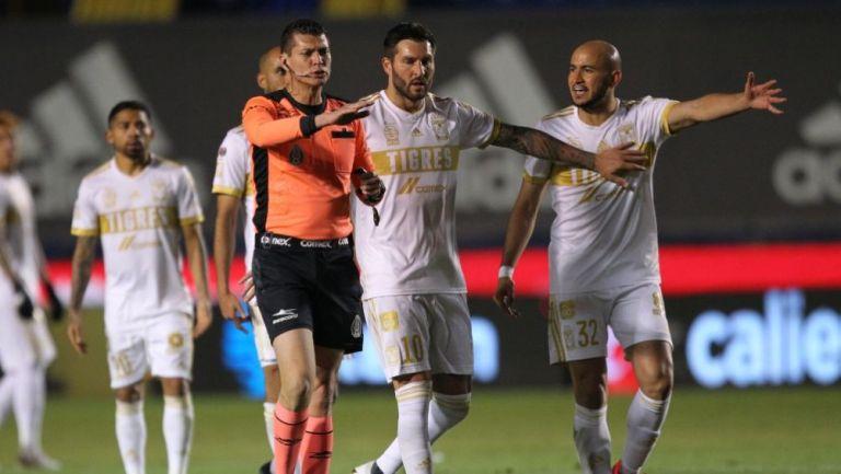 Gignac y Carlos González dialogando con el árbitro