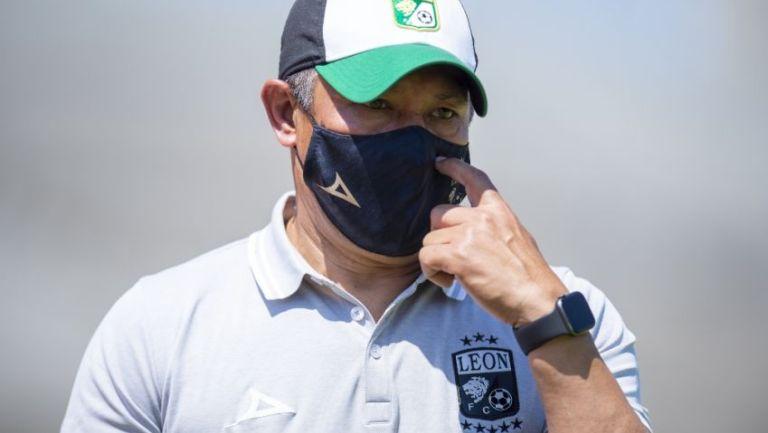 Ignacio Ambriz, Director Técnico del León, en el estadio de Ciudad Universitaria