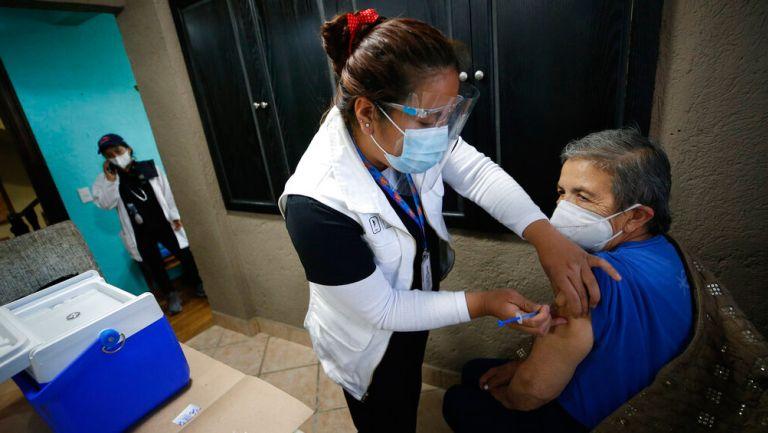 Persona de la tercera edad es vacunada contra el Covid-19 en México