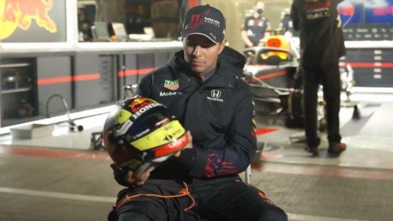 Checo Pérez con su nuevo casco