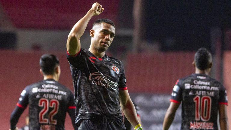 Mauro Manotas festeja un gol con Xolos