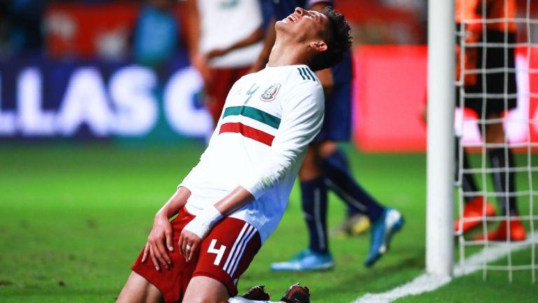 Edson Álvarez durante un partido con México