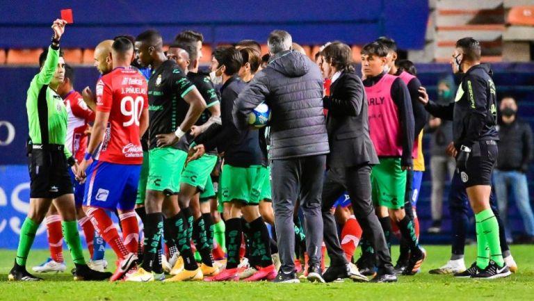 Discusión entre jugadores de Santos y Atlético de San Luis