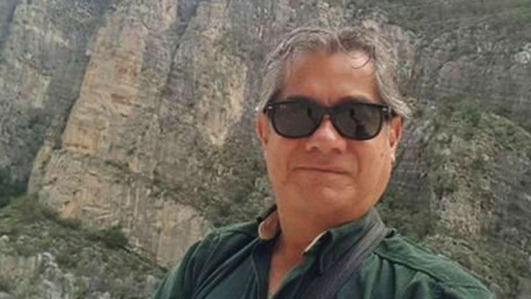 Gerardo Valtierra posa para una postal
