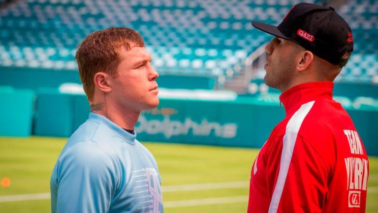 Saúl 'Canelo' Álvarez y el turco Avni Yildirim posan durante la presentación del combate de boxeo entre ambos luchadores en el Estadio Hard Rock de Miami, Florida
