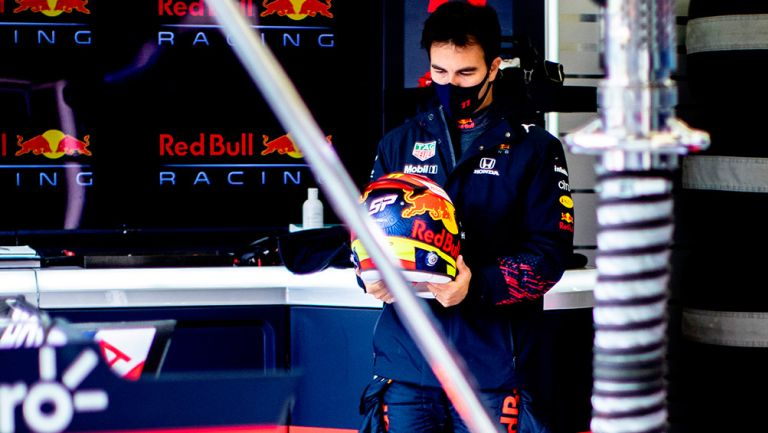 Checo Pérez, con la indumentaria de Red Bull