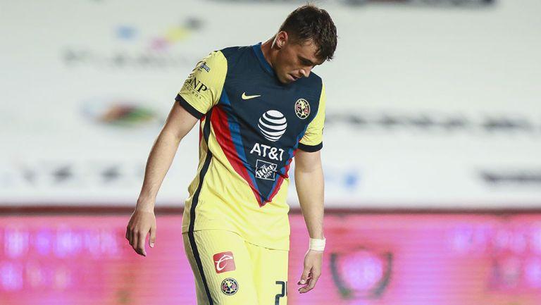 Federico Viñas se lamenta en un partido con América