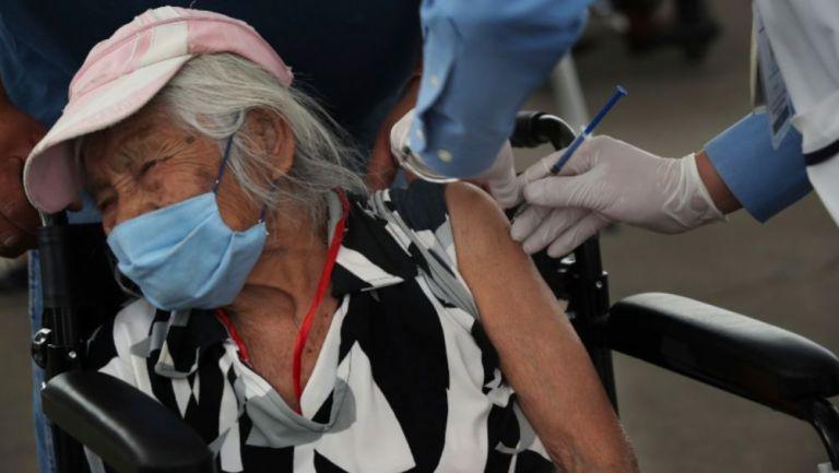 Una persona recibiendo su vacuna contra el coronavirus
