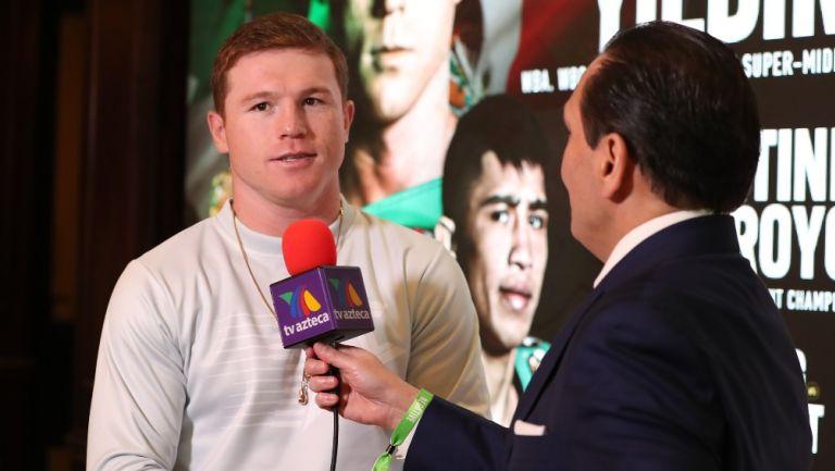 Canelo Álvarez hablando en los micrófonos de Azteca Deportes