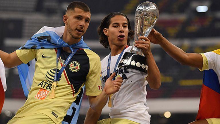 Guido y Lainez posan con el trofeo de campeón de Liga MX