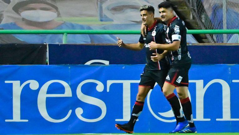 Nicolás Ibáñez y Berterame festejan un gol con el San Luis