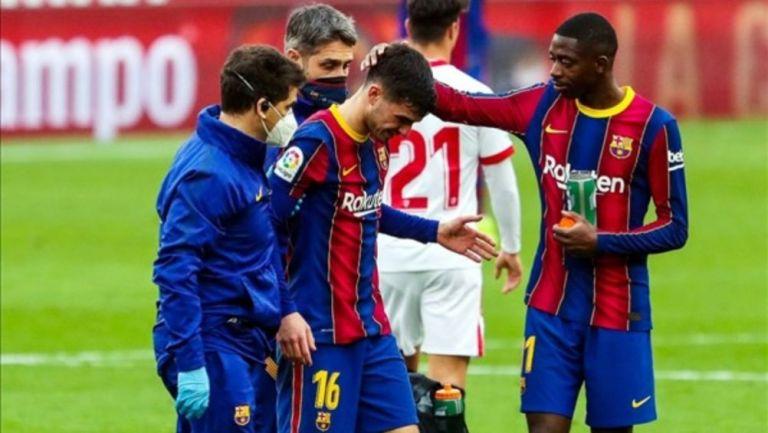Pedri saliendo de cambio por lesión del partido entre el Barcelona y el Sevilla