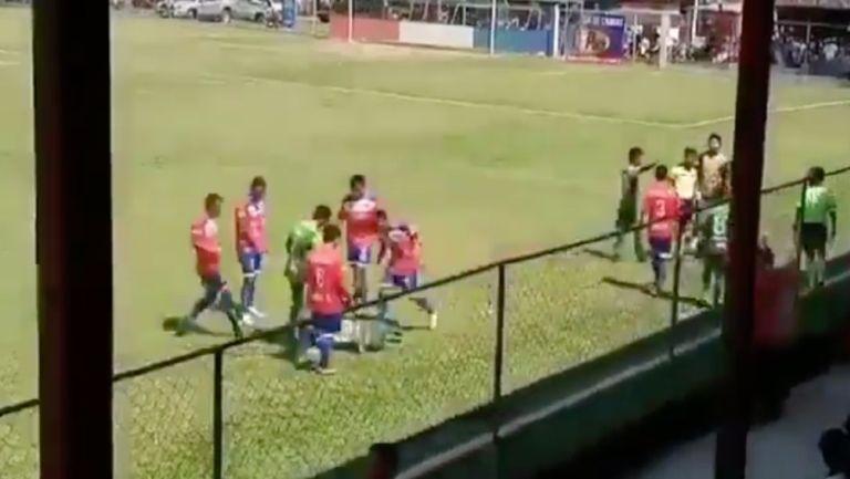 Futbolista guatemalteco fingió ser agredido por el público