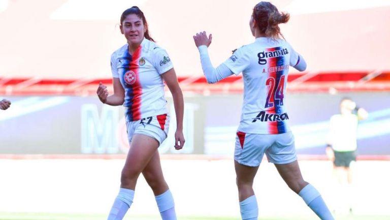 Isabella Gutiérrez y Alicia Cervantes en festejo con Chivas