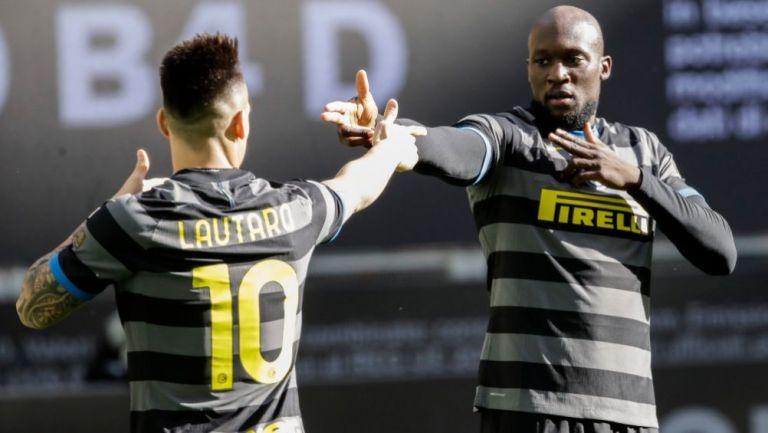 Lautaro Martínez y Romelu Lukaku festejando un gol a favor del Inter