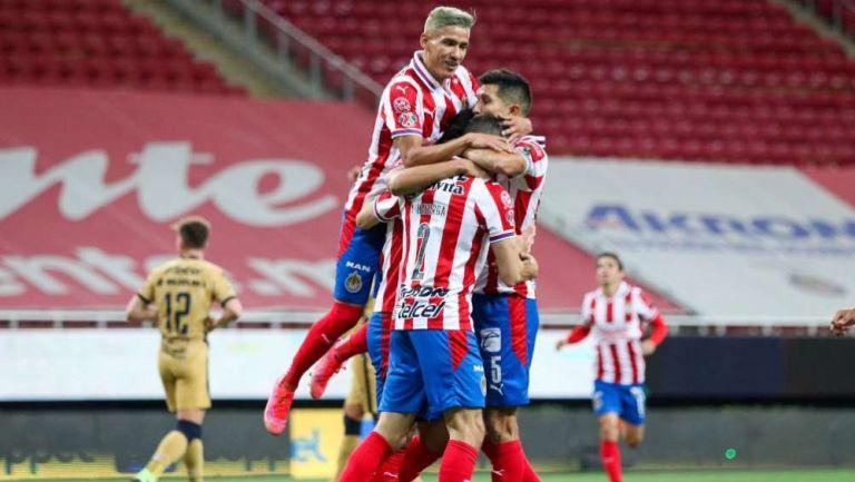 Jugadores de Chivas en festejo ante Pumas