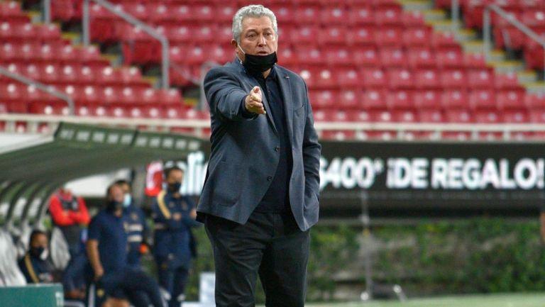 Vucetich da indicaciones en el juego contra Pumas