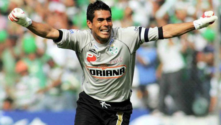 Oswaldo Sánchez en festejo de gol con Santos